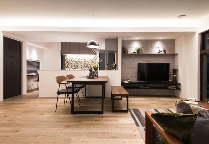 静鉄ホームズ【静岡市駿河区桃園町1-1・モデルハウス】2階にある子世帯のためのLDK。キッチンの横にはミセスコーナーと洗面室・浴室・洗濯物の干せるインナーバルコニーがあり、家事動線もバッチリ。吹き抜け空間ともつながっているため、1階で暮らす家族ともちょうど良い距離感でコミュニケーションをはかることができる
