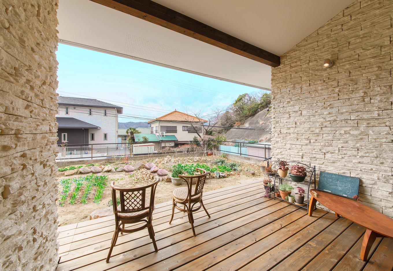illi-to design 鳥居建設21【デザイン住宅、省エネ、間取り】ウッドデッキは、一室分のスペースを使用し広々。両側に壁を配すことで、隣近所の目を気にせず寛げる造りに