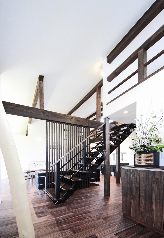 illi-to design 鳥居建設21【デザイン住宅、省エネ、間取り】リビング間の階段は、間仕切り役割を持ちつつ、スケルトンに。トイレに行く時もリビングと同じ室温でヒー トショックを起こさない設計