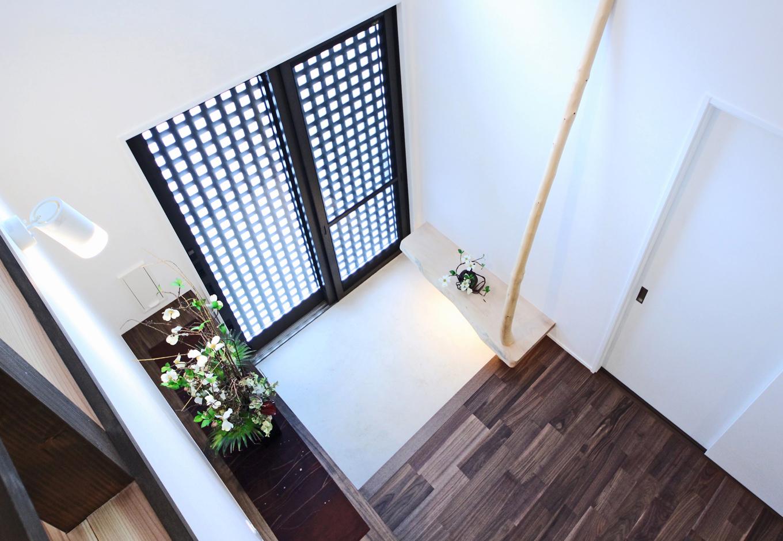 illi-to design 鳥居建設21【デザイン住宅、省エネ、間取り】玄関脇の木のオブジェは、実は手すり。機能性の高いデザインは老後の事もしっ かり考慮