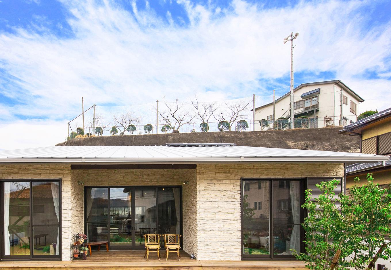 illi-to design 鳥居建設21【デザイン住宅、省エネ、間取り】自然に調和した平屋の家。道路から高い場所にあるため、これほど大きな窓でも周囲の目線を気にすることはない