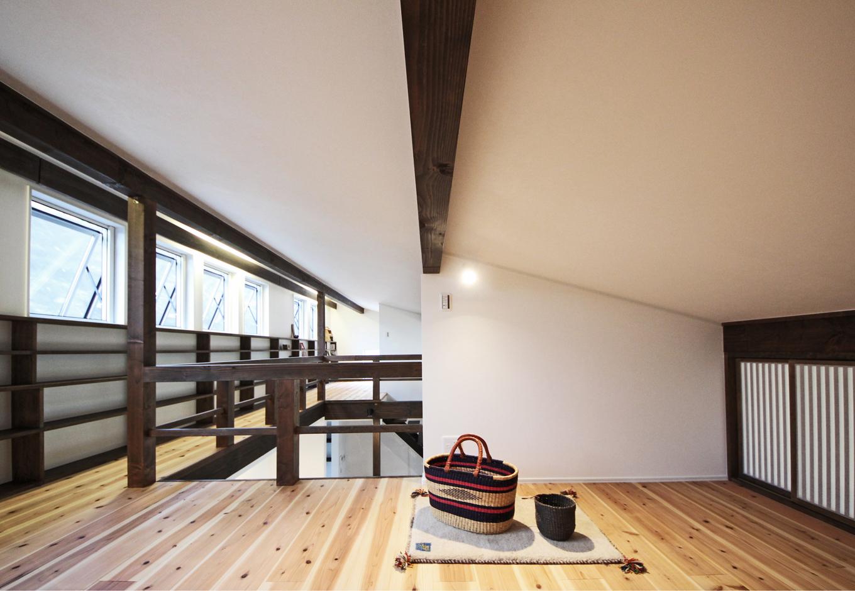 illi-to design 鳥居建設21【デザイン住宅、省エネ、間取り】窓上の間接照明はあえてLEDを 使用せず、窓や壁の結露を防止する役割がある