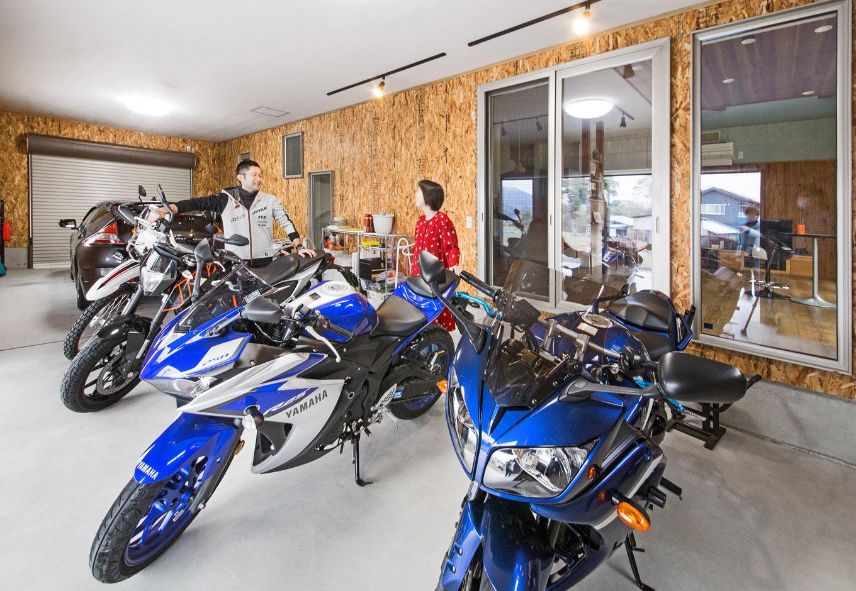illi-to design 鳥居建設21【省エネ、ガレージ、間取り】OSB合板のビルトインガレージには、ヤマハ FZ1 FAZER GTなどバイク5台と車1台がらくらく収納
