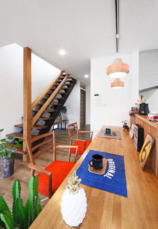 illi-to design 鳥居建設21【省エネ、ガレージ、間取り】キッチン周りのカウンターテーブルは奥行きがあり広々