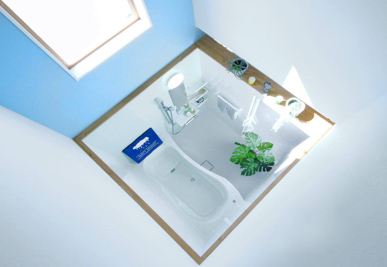 illi-to design 鳥居建設21【省エネ、ガレージ、間取り】浴室を吹き抜けにすることで、LDKと浴室の2か所で1階と2階が繋がり、家全体の温度がより一定に。浴室の湿度が全体に回る効果も