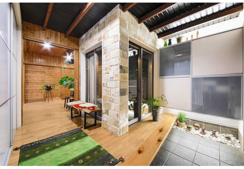 illi-to design 鳥居建設21【デザイン住宅、省エネ、自然素材】無垢の床と天然石の壁、ガルバリウムの天井がバランス良く調和した玄関ホール