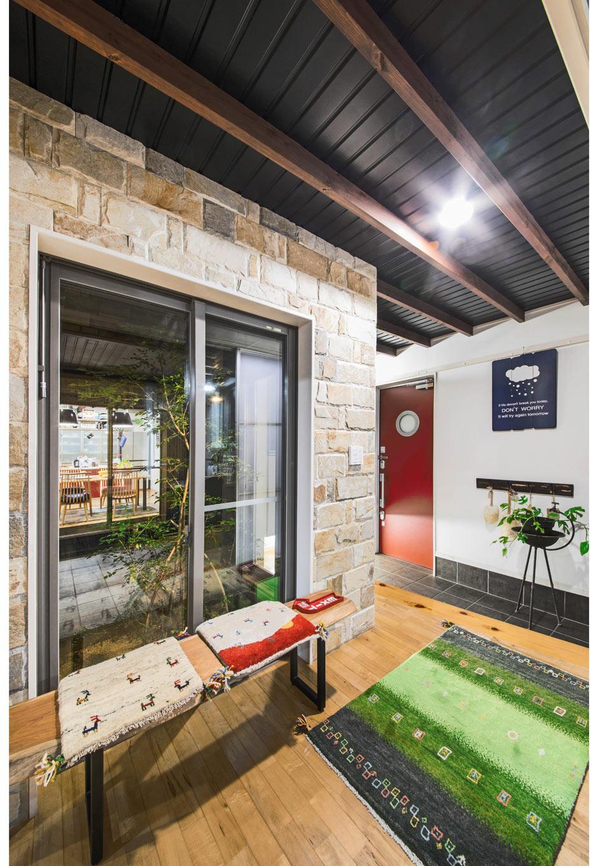 illi-to design 鳥居建設21【デザイン住宅、省エネ、自然素材】玄関ホールには坪庭をしつらえたため、目線が奥までのびる