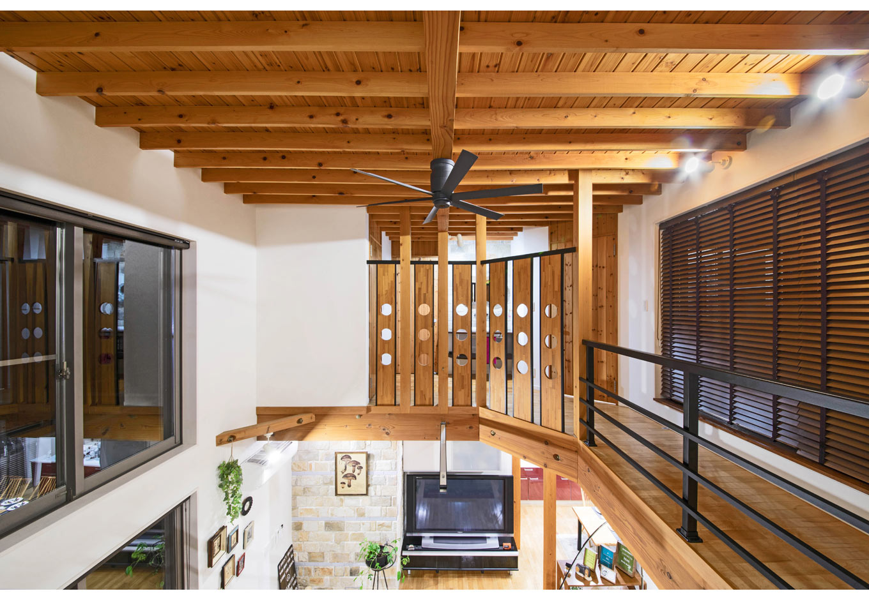 illi-to design 鳥居建設21【デザイン住宅、省エネ、自然素材】これほど大きな吹抜け空間でも、超高気密・高断熱設計により、冬はエアコン2台で23℃を実現。すべての部屋の温度差が少なく快適