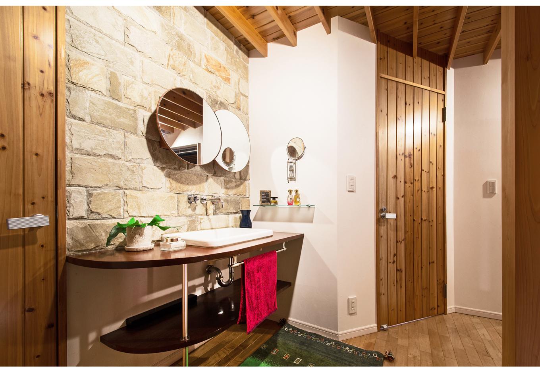 illi-to design 鳥居建設21【デザイン住宅、省エネ、自然素材】2階の造作洗面台は奥さまのこだわり