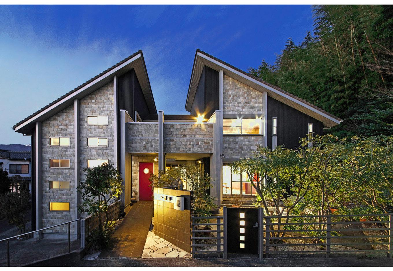 illi-to design 鳥居建設21【デザイン住宅、省エネ、自然素材】鳥が両翼を広げたように見える独創的な外観フォルム 。ガルバリウム鋼板と天然石のコントラストが素敵
