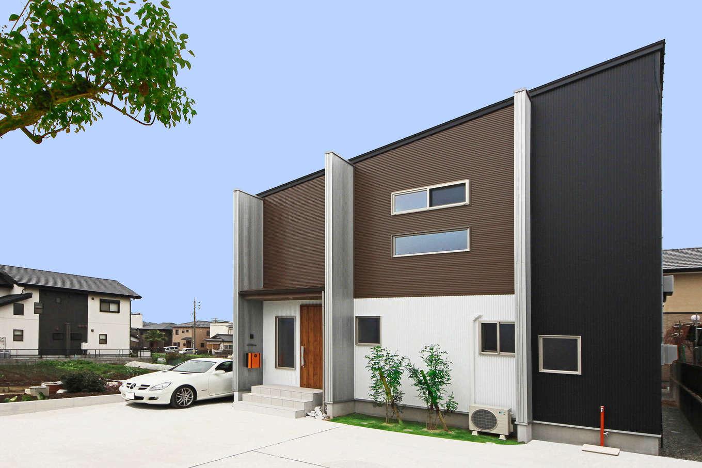 illi-to design 鳥居建設21【デザイン住宅、子育て、インテリア】ホワイト、シルバー、ブラック、ベージュの4色を組み合わせたガルバリウム鋼板の外観