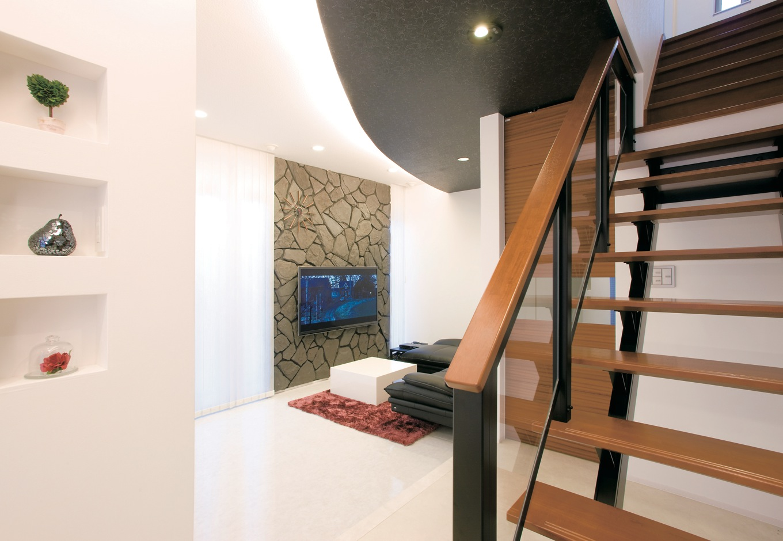 未来創建【デザイン住宅、趣味、インテリア】リビングには一部外壁素材を付けるなど、ご主人のアイデアが光る。見事にモダンな空間を作り上げた