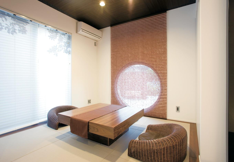 未来創建【デザイン住宅、趣味、インテリア】「和モダン」をテーマにした和室は、 ダイニングと繋がる位置に配した。丸窓が素敵