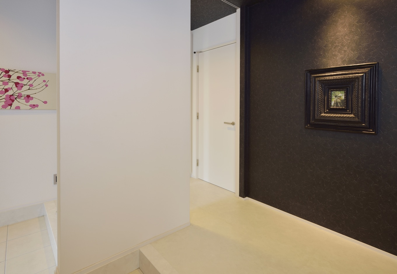 未来創建【デザイン住宅、趣味、インテリア】白と黒のコントラストが目を引く玄関ホールは、シックな印象。2WAYで収納もたっぷりあるのが嬉しい