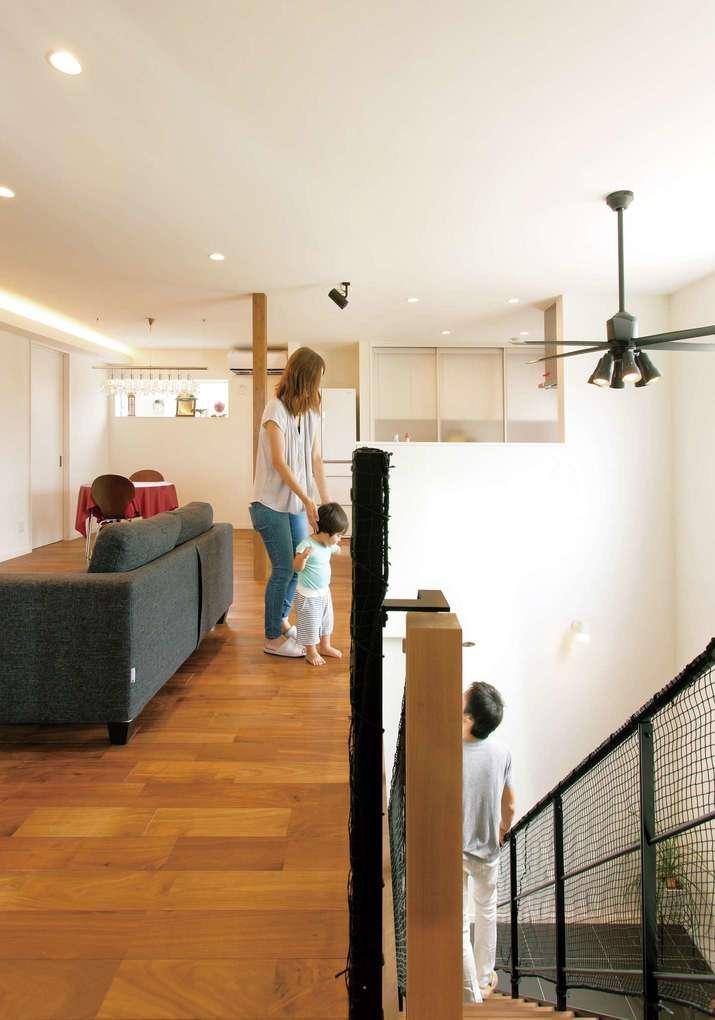 未来創建【デザイン住宅、間取り、建築家】21畳ほどある2階LDKは、吹き抜け部分と合わせると開放感抜群