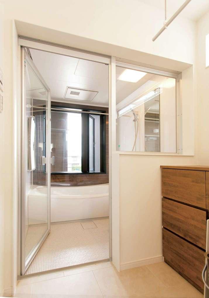 未来創建【デザイン住宅、間取り、建築家】浴室は透明ガラスを採用