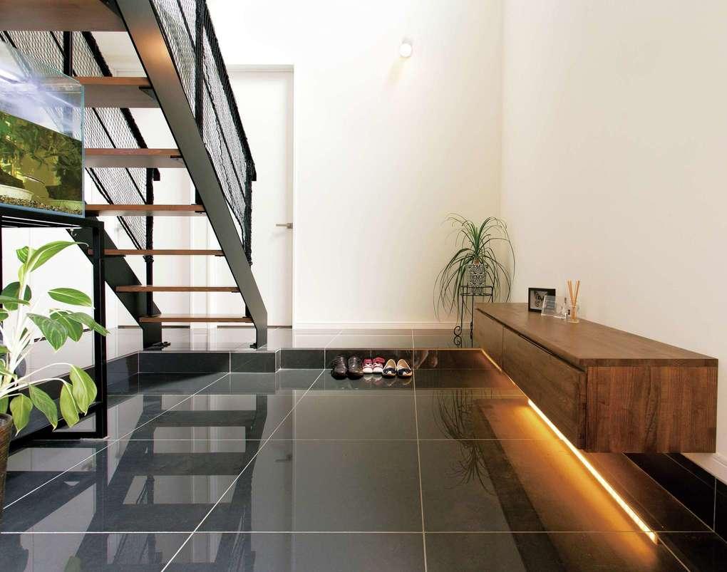 未来創建【デザイン住宅、間取り、建築家】10畳の玄関ホール。白と黒のコントラストが美しい
