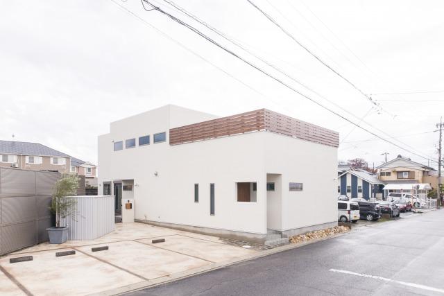 未来創建【デザイン住宅、収納力、屋上バルコニー】スタジオを併設した外観。白を基調としながら、木の色目がアクセントに。飽きのこないスタイル