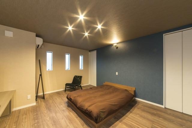 未来創建【デザイン住宅、収納力、屋上バルコニー】ベッドルームはブルーグレーの壁紙、間接照明などで優美さを感じさせる