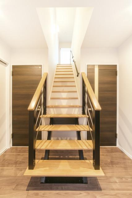 未来創建【デザイン住宅、収納力、屋上バルコニー】家の中央にあるのはスタイリッシュなストリップ階段