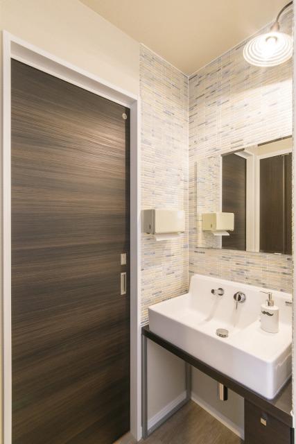 未来創建【デザイン住宅、収納力、屋上バルコニー】洗面台のタイル使いなど細部にもセンスがみえる