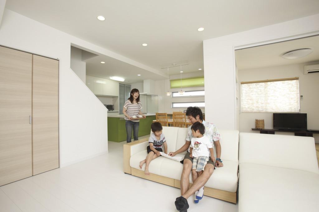 未来創建【趣味、間取り、ガレージ】リビング階段や和室コーナーなどともつながっている。階段下には収納を設けて物が少ないすっきりとした空間に。
