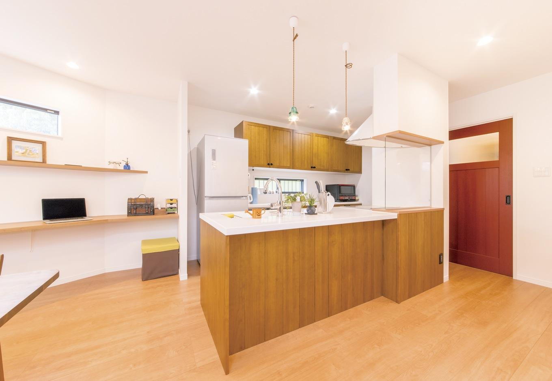 未来創建【デザイン住宅、輸入住宅、間取り】カフェのようなナチュラルな空間を演出する木目調のキッチン