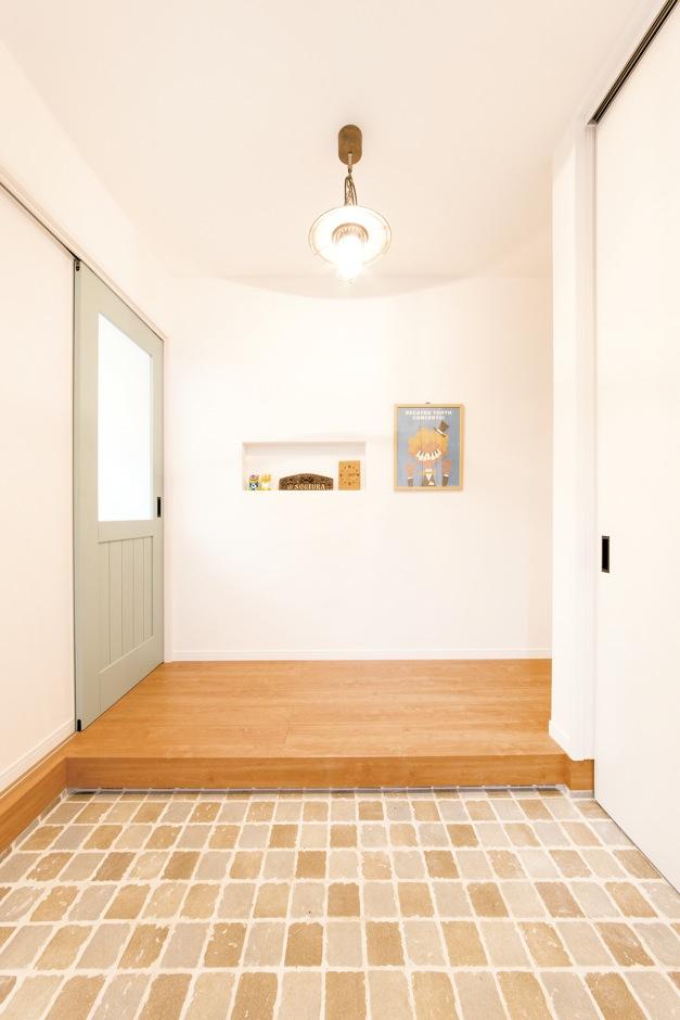 未来創建【デザイン住宅、輸入住宅、間取り】玄関はシンプルに清潔感を出しつつ、グリーンのドアがアクセントに