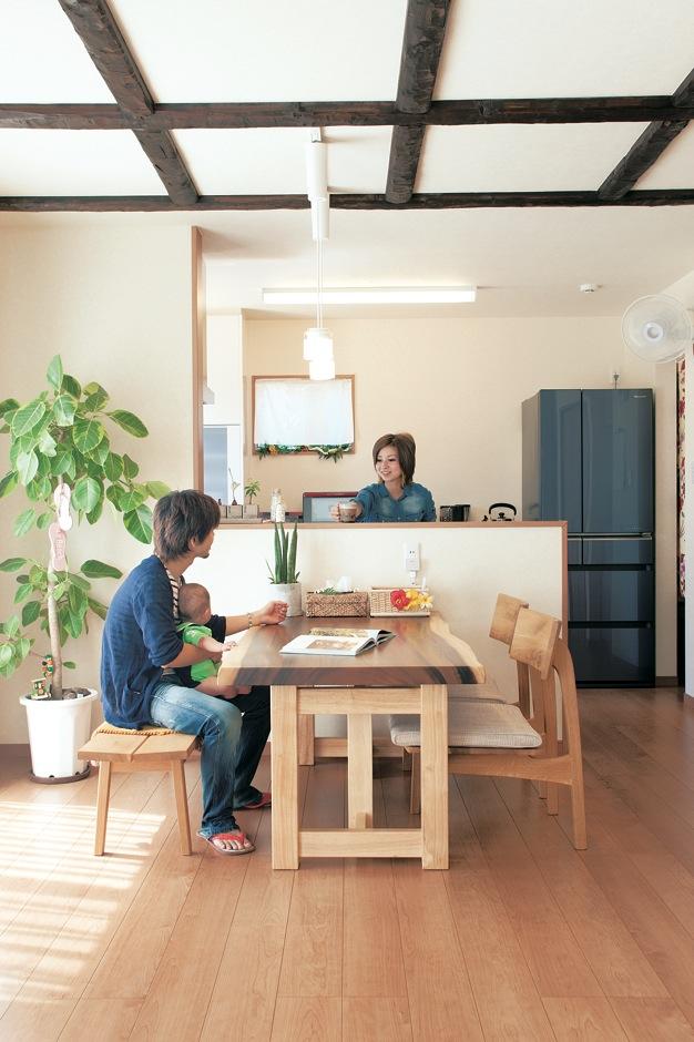 未来創建【デザイン住宅、輸入住宅、省エネ】家全体のテーマは「ハワイアンリゾート」。19畳ほどあるLDKは木と白と梁で構成され、開放感と清潔感のある空間となった。対面キッチンで、会話も弾む
