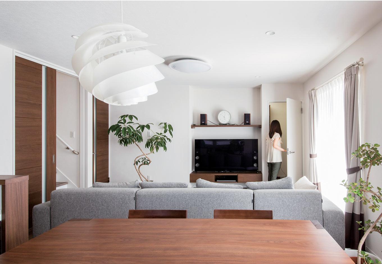 未来創建【デザイン住宅、収納力、間取り】LDKのTV裏にウォークインできる収納部屋を設置