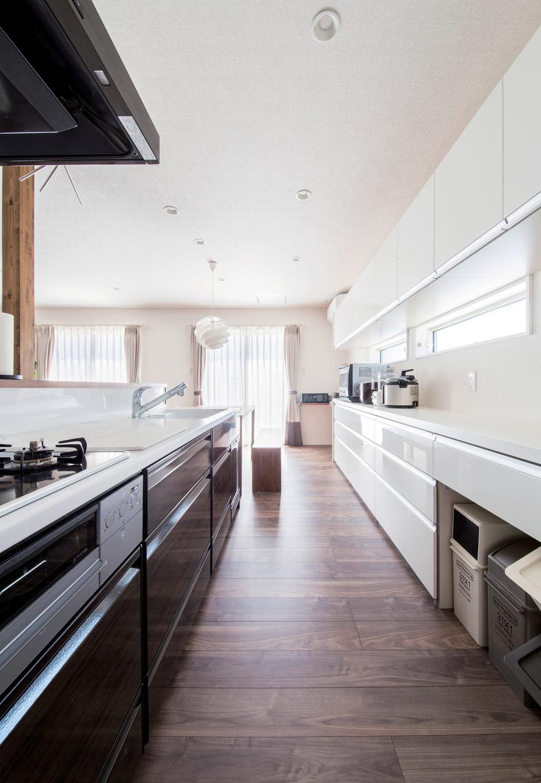 未来創建【デザイン住宅、収納力、間取り】キッチンの収納棚には、奥さまが所有する多数の調理器具や食器が収まる