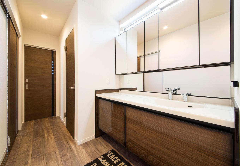 未来創建【デザイン住宅、収納力、間取り】1階の廊下に設置した洗面スペース。忙しい朝でも夫婦でラクラク並べる