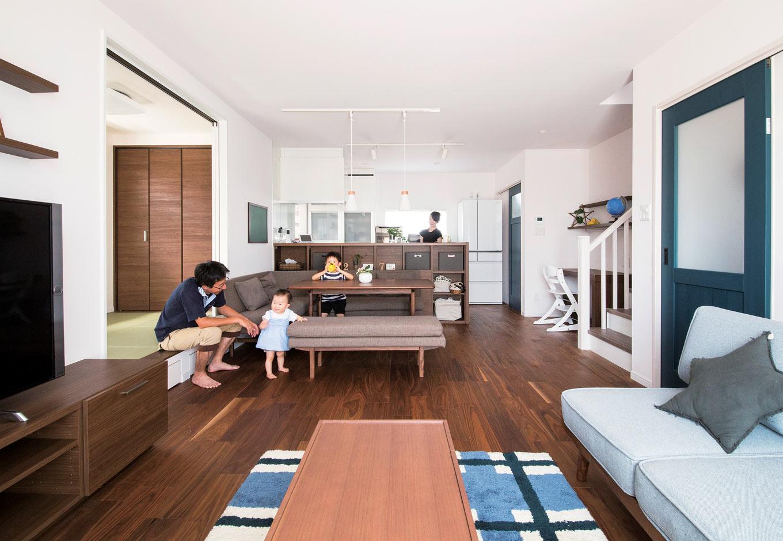 未来創建【デザイン住宅、省エネ、間取り】LDKには、小上がりの和室を併設。寝転がったり、ベンチ代わりにしたりと便利だ。キッチンカウンターの収納も豊富