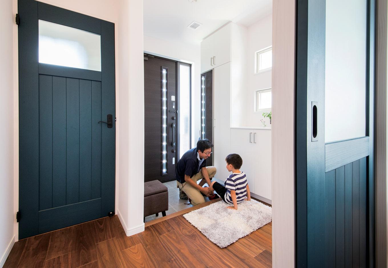 未来創建【デザイン住宅、省エネ、間取り】玄関ホールは広々設計。開放的で、脇に設けたトイレも使い勝手が良い