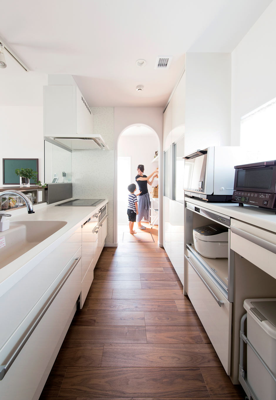 未来創建【デザイン住宅、省エネ、間取り】キッチンと繋がるウォークインパントリーは、奥さまの希望。直線が続く空間に、アーチ壁が変化をもたらしてくれる