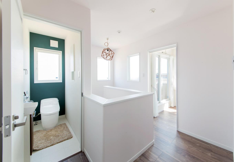 未来創建【デザイン住宅、省エネ、間取り】光を多く取り入れ、明るい2階ホール。2階には家族みんなのプライベートルームを設けた