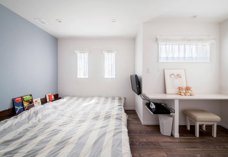 未来創建【デザイン住宅、省エネ、間取り】子どもが小さい今は、家族みんなで眠るメインベッドルーム。一面の壁色を変え、より爽やかな空間に仕上げた