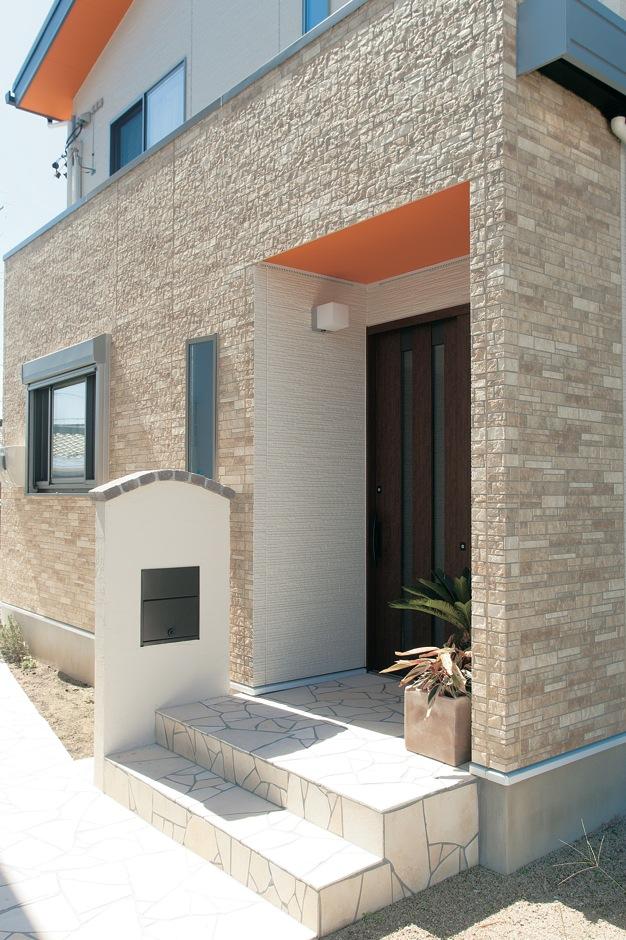 未来創建【デザイン住宅、輸入住宅、省エネ】軒下を鮮やかなオレンジに塗り、若いお2人ならではの個性を表現。屋根一体型のソーラーパネルを搭載している