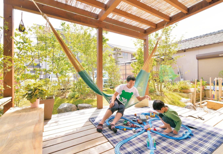 ナルセコーポレーション【デザイン住宅、子育て、自然素材】ウッドデッキは、LDKと段差なく続き、まるで家の中のひとつの大きな空間のようだ