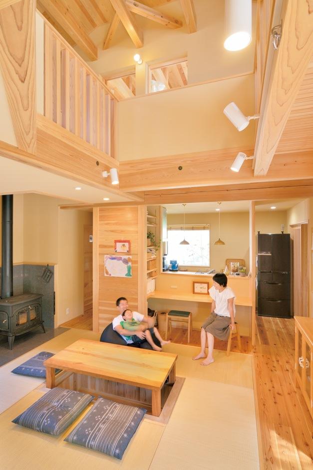 ナルセコーポレーション【デザイン住宅、子育て、自然素材】木の空間に、吹き抜けと薪ストーブが印象的。ハンモックもある。太陽熱を利用する「エアパス工法」により、家中どこにいても温度差がなく、年中快適に過ごせる