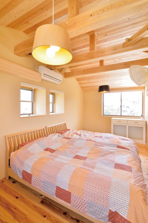 ナルセコーポレーション【デザイン住宅、子育て、自然素材】メインのベッドルームも、ナチュラルで優しい雰囲気。風の通りがよく考えられ、真夏でも清々しい