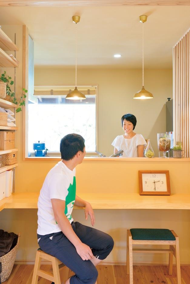 ナルセコーポレーション【デザイン住宅、子育て、自然素材】キッチンにある真鍮のランプシェードは奥さまのお気に入り。決して派手ではないが、長く愛せるものばかりをセレクト