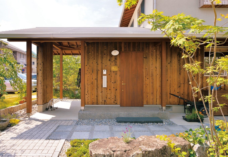 ナルセコーポレーション【デザイン住宅、子育て、自然素材】ハナミズキやシロモジ、コハウチワカエデなどが生えるポーチも素敵