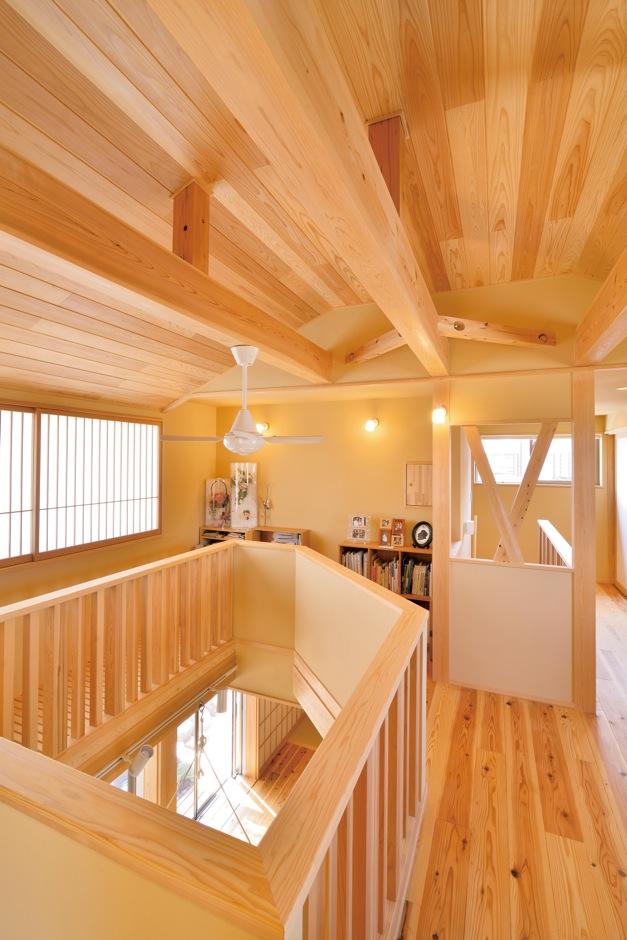 ナルセコーポレーション【デザイン住宅、子育て、自然素材】2階ホールは、LDK上をぐるりと走り回れる空間。ソファや書棚を置き、ご家族の第二の居間に