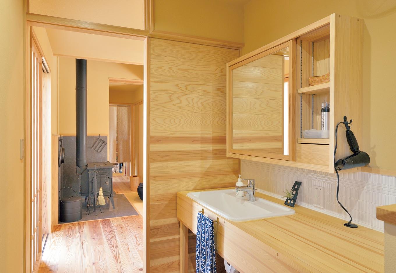 ナルセコーポレーション【デザイン住宅、子育て、自然素材】木の洗面台や棚も『ナルセコーポレーション』によるもの。細部にまでこだわった完成度の高さが、人生を豊かに感じさせてくれる