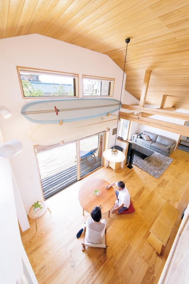 ナルセコーポレーション【趣味、自然素材、平屋】高さ最大4.5mもの開放感たっぷりの空間の中心にあるのが、ご主人お気に入りのクラシックタイプのボード2本。この家とご夫婦の暮らしを象徴する品だ