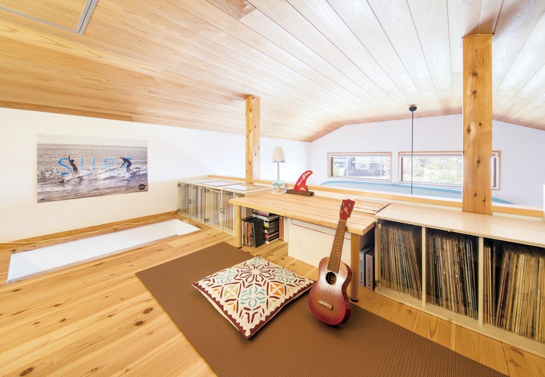 ナルセコーポレーション【趣味、自然素材、平屋】ロフトはご主人の仕事部屋。長年に渡って蒐集してきた300枚以上のレコードも並ぶ