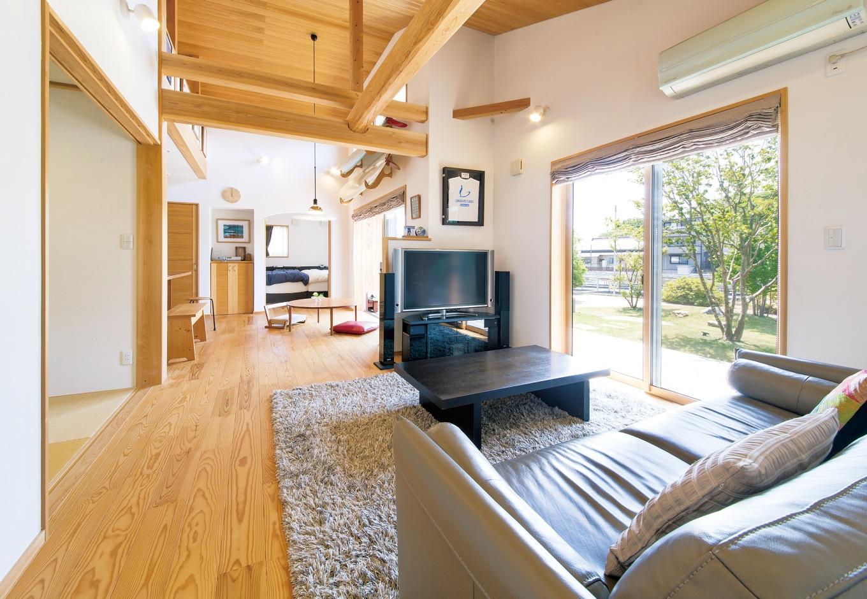 ナルセコーポレーション【趣味、自然素材、平屋】14畳のリビングダイニングは開放感たっぷり。左には和室もある