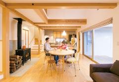 薪ストーブの温もりに癒される 体に優しい天然素材の家
