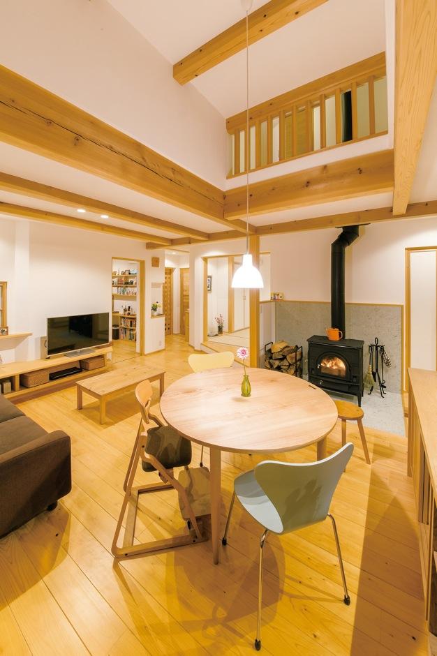 ナルセノイエ【和風、間取り、スキップフロア】リビングの奥はご主人の書斎。 中央の天井は高くなっており、開放感を演出